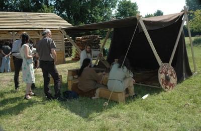 L'atelier perle Branche Rouge installé sous sa tente échoppe en laine