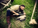 Préparation de scramasaxe en bois pour l'entrainement des guerriers