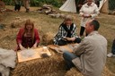 Ragnhilde initie le public au feutrage de la laine